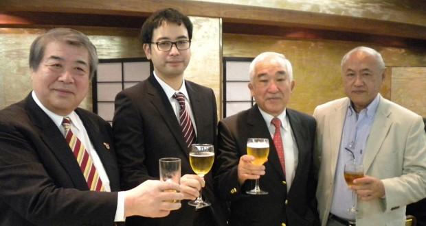 上村館長(左)ら関係者