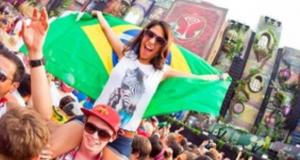 ブラジル国旗を掲げ楽しむ観客(divulgacao)