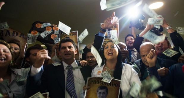財政調整暫定令可決に抗議する労組フォルサ・シンジカルの組合員(Marcelo Camargo/Agência Brasil)