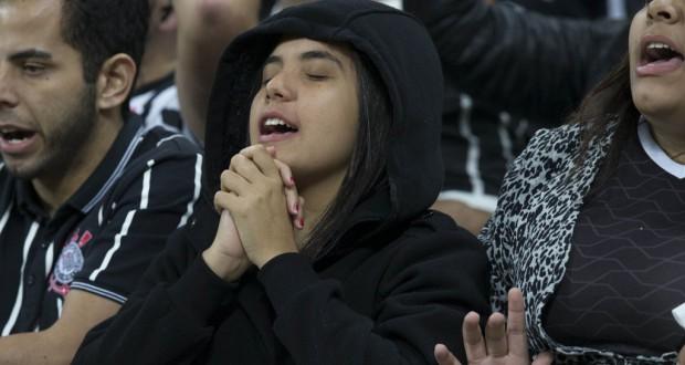 祈るように試合を見つめるコリンチャンスファンの少年(Daniel Augusto Jr./Ag.Corinthians)