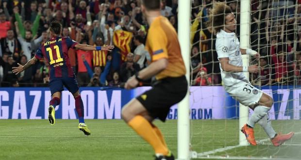 ダヴィド・ルイス(右)を振り切ってゴールを決めたネイマール(背中、PSG)