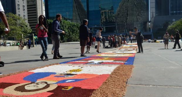 リオ市サンセバスチアン・メトロポリタナ教会の信者達が作ったカーペット(Tânia Rêgo/Agência Brasil)