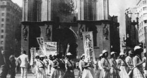 セー広場を行進する様子(『目で見るブラジル日本移民の百年』百年史編纂委員会、08年、風響社、109頁)