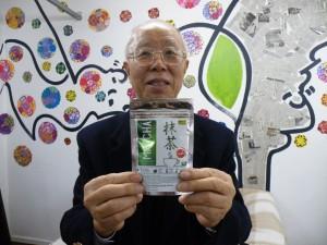 抹茶を宣伝する松田会長