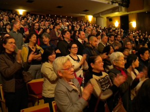 立ち上がり拍手を送る観客