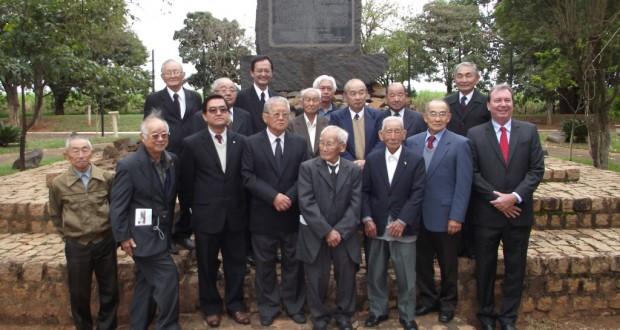 上塚周平記念公園での記念撮影