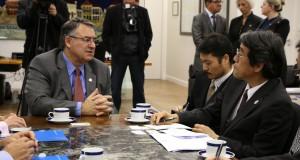 今月上旬にはサンタカタリーナを訪れ、ライムンド・コロンボ知事(左)と会談した(州政府提供)