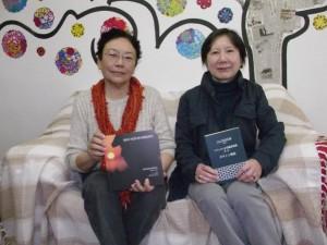 書籍を手に持つ中田さん、柴門さん