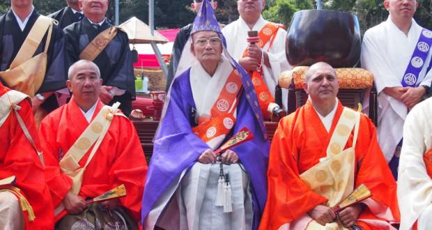 記念撮影する僧侶ら。中央が山内上人、その右隣がコレイア教区長