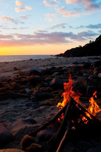 焚火祭はフェスタ・ジュニーナ(6月祭)のことで、田舎風に装った若い人たちが集まり、大きな焚き火を囲み、大鍋でピンガに香料や砂糖を入れて煮るケントンを呑み、歌い踊ったりする。