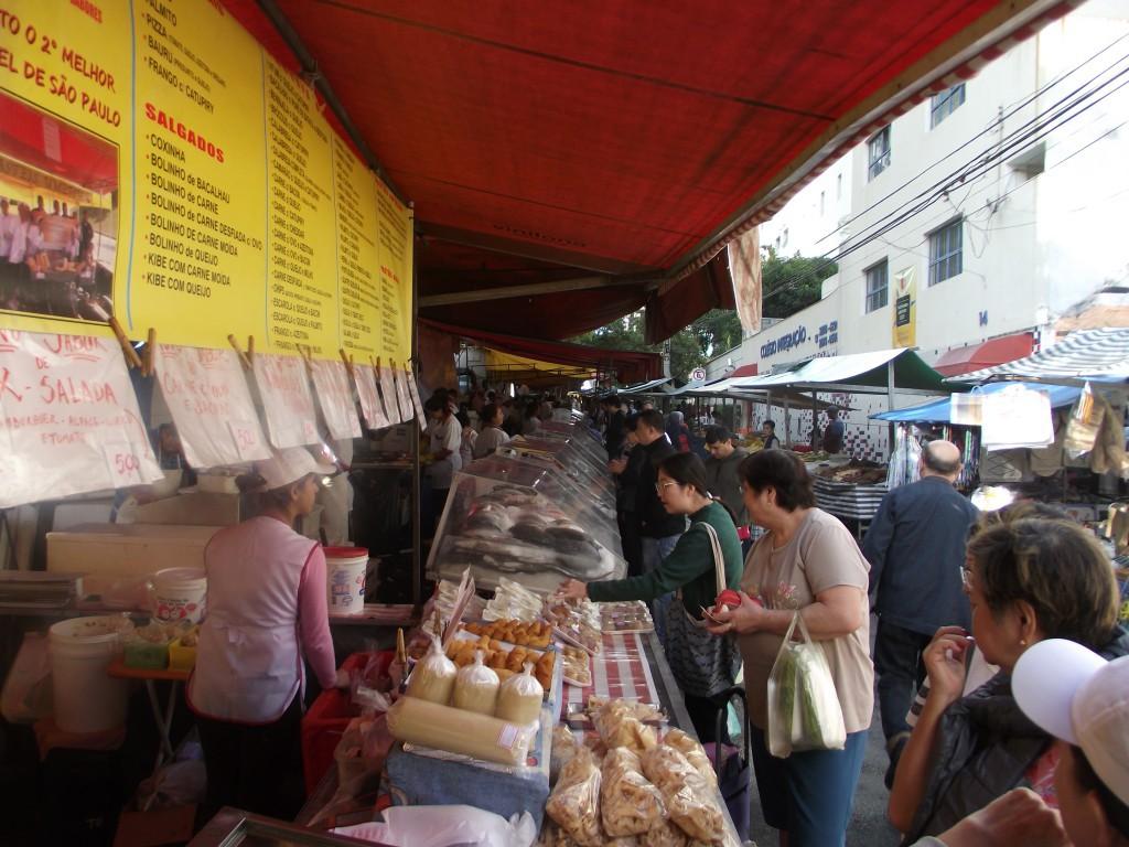 ブラジルでは『フェイラ』という朝市が曜日ごとに決まった場所で開かれ、朝早くから大勢の人で賑わう。新鮮な果物や野菜、肉、卵、日本人や日系人が多く暮らす地区では鮮魚も販売されている。