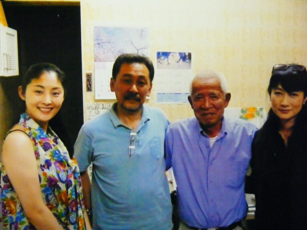 2011年公開の映画「汚れた心」の撮影に来伯中の、女優・常盤貴子、余貴美子らと共に笑顔を見せる森脇礼之氏(2010年撮影)