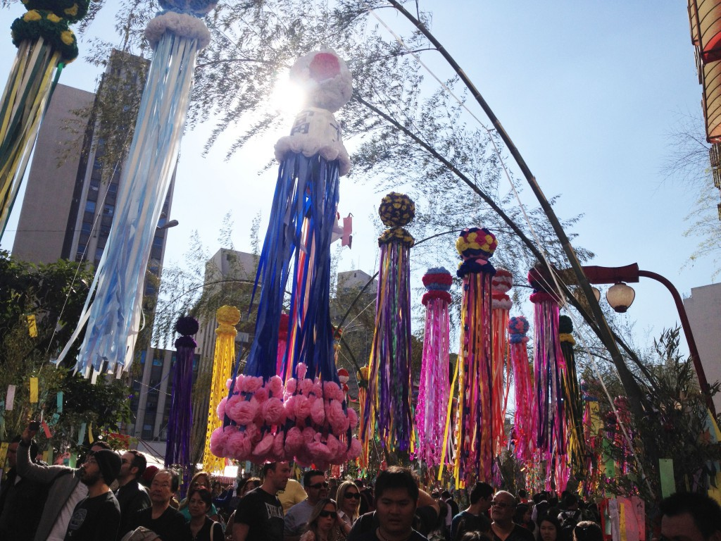 ブラジル日本人街があるリベルダーデ区の七夕まつりの様子。ブラジルでは、各地で日系団体が七夕祭りを開催している。