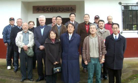 梅田大使夫妻らと移住地の皆さん。ラーモス日伯文化協会の会館の前で