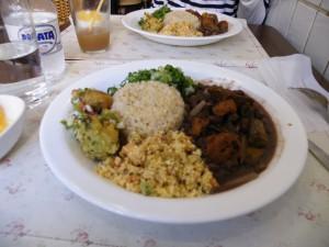 リベルダーデ区のビーガンレストランで、卵や乳製品を使わないのに美味しいと〃雑食者〃にも人気のフェイジョアーダ