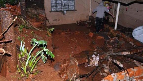 地面が陥没し倒壊の危機に瀕する家屋(Divulgação/Defesa Civil do Paraná)