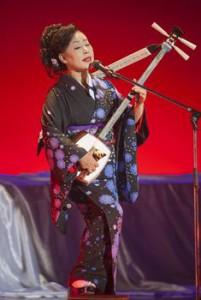 三味線を弾きながら歌う真木柚布子さん