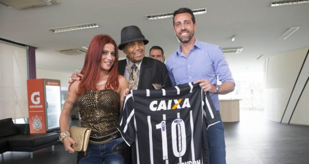 24日、コリンチャンスの練習場に訪れたジョーさん(Daniel Augusto Jr./Ag. Corinthians)