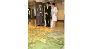 海外移住の歴史を伝える展示をご覧になる秋篠宮ご夫妻=11日午前、神戸市中央区山本通3(撮影・峰大二郎)