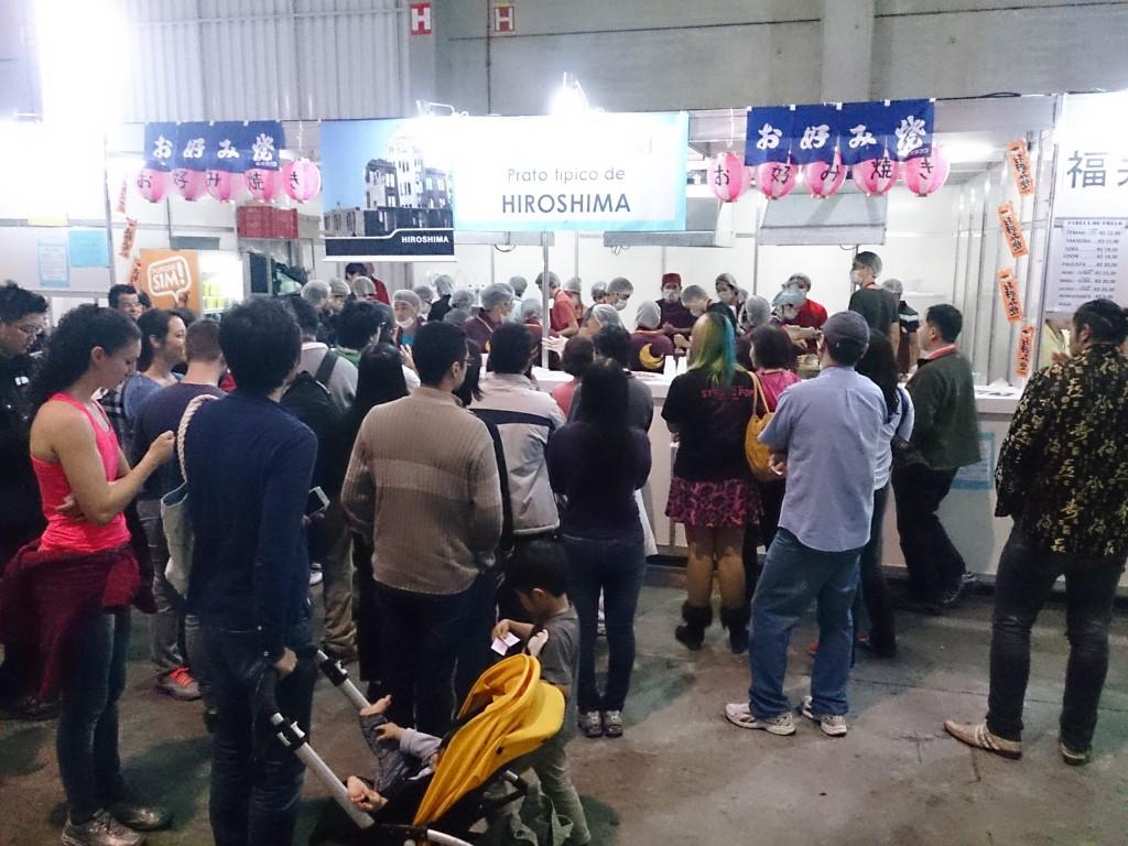 ブラジルのサンパウロで毎年開催される日本人県人会連合会主催の日本祭りでは、各県人会が郷土色を販売し、日系、非日系人を問わず多くの人が行列を作って買い求める。