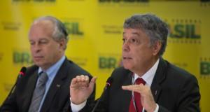 Enem結果を発表するレナート・ジャニーニ・リベイロ教育相(右)(Marcello Casa/Agencia Brasil)