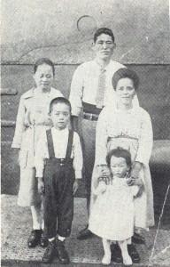 1925年6月28日、移民船「河内丸」は神戸港を出航。東シナ海を過ぎてシンガポール港に停泊。7月17日、同港で記念撮影。父・兼松(33)、母・こみよ(32)、長女・静子(14)、武雄(9)、兼子(3)(『綿作王 松原武雄』より)
