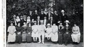 1920年6、7月当時の在サンパウロ総領事館の天長節祝賀会の写真。中央の正装姿が公使館の書記官で、日本一の南米通といわれた野田領事。同年9月には藤田敏郎氏が総領事として赴任(『南米日本人写真帳』永田稠、日本力行会、1921年)