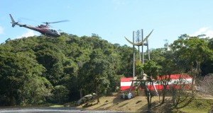 山内上人がヘリに乗り込み、空中から開眼法要を行なった