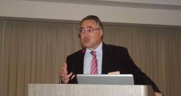 講演するコロンボ知事