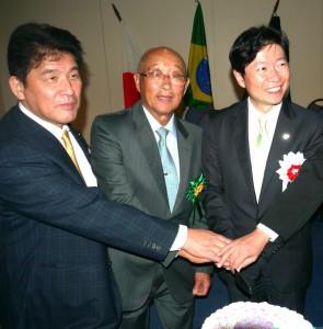 ケーキカットする(右から)伊原木知事、根岸会長、小野県議会議長