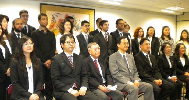 歓送会に臨んだ17人の留学生(後列)ら