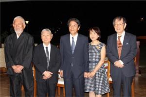 式典に参加した梅田大使(中央)ら。(大使館提供)