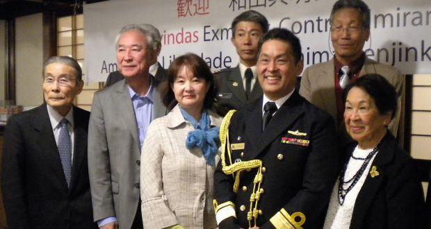 記念撮影で笑顔を見せる和田少将(前列左から4人目)。右端は母のスマコさん