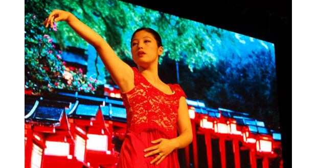 沖縄風歌曲「童神」を現代風に解釈して踊るファビアナ・ヒガさん