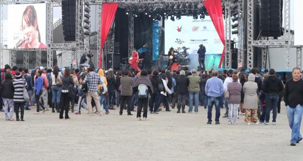 メインステージでバンドが演奏するも、人出はやや寂しい?(午後4時ごろ撮影)