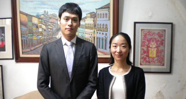 新しく就任した中富(左)、吉良両副領事