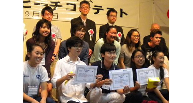 見事優勝した本田さん(前列左から3人目)と弁論の部出場者