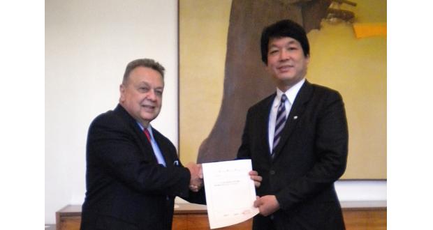 ロドリゲス元農務大臣(左)に委嘱状を手渡した薗浦政務官