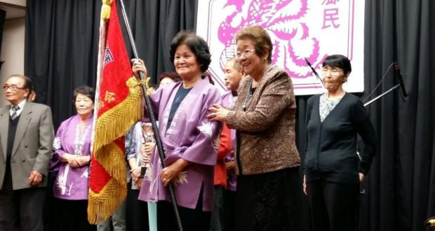 優勝旗を持つ馬場アヤ子さんと斉藤会長