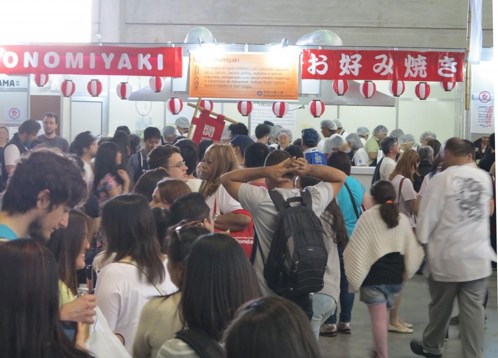 サンパウロで開催される県人会連合会主催の日本祭では、各県人会が郷土食を販売するコーナーが大人気。日本人、日系人だけでなく非日系人も競うように求め、ブース前には行列ができる。
