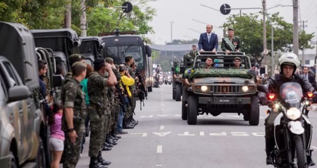 9月7日、独立記念日にパレードをするアルキミン聖州知事と聖州軍警(Alexandre Carvalho/A2img)