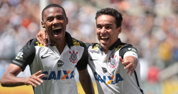 得点を挙げ喜ぶジャジソン(右)とエリーアス(左)(Rodrigo Gazzanel/Ag. Corinthians)