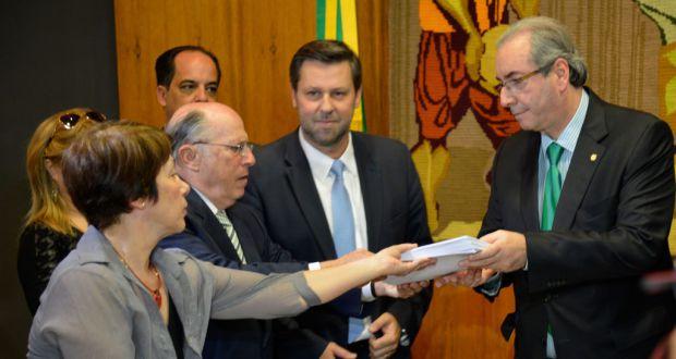 ジウマ大統領の罷免請求書を受け取るエドゥアルド・クーニャ下議長(左)(Wilson Dias/Agencia Brasil)