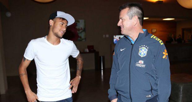 6月、代表チームから離脱するときのネイマール(左)とドゥンガ監督(右)(Rafael Ribeiro/CBF)