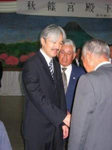 2006年11月2日、パラグアイ移住70周年の折り、ラ・コルメナ移住地をご訪問され、移民と握手される秋篠宮殿下