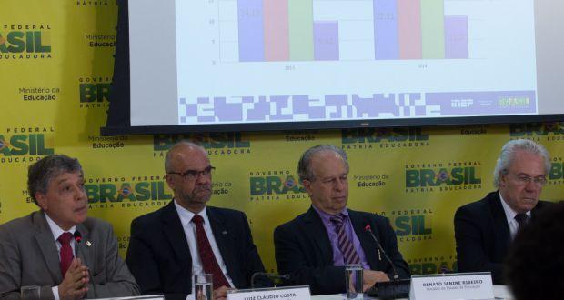 14年の学力テストの結果を発表する教育省関係者(右から2人目が教育相、Antonio Cruz/Agência Brasil)