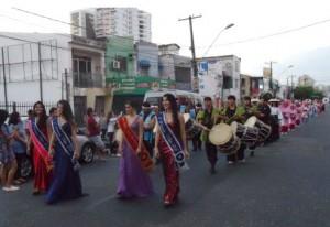道路を閉鎖しての日本舞踊のパレード