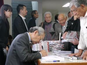 出版記念のサイン会には長蛇の列ができた