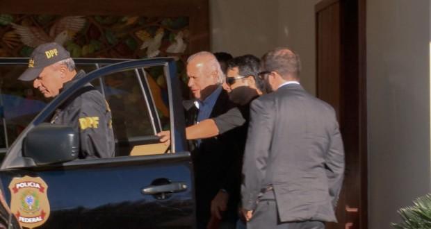 警官に促されて連警車両に乗り込むジルセウ氏(8月3日、TV Brasil)