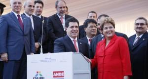 カルテス大統領(左)と握手を交わすジウマ大統領(Foto: Presidencia do Paraguay 29/10/2013)